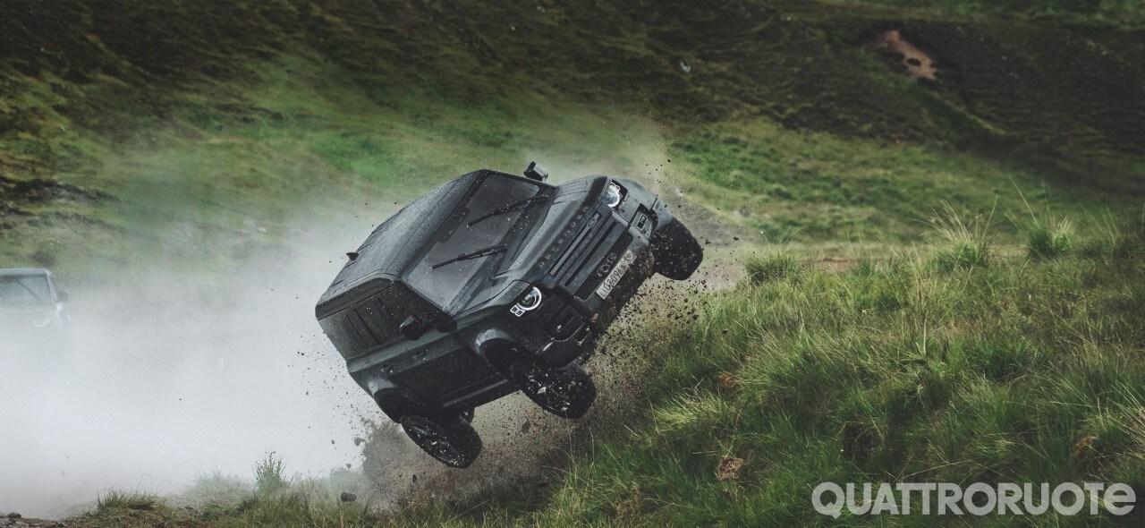 Land Rover - Le acrobazie della Defender nel nuovo film di 007 - VIDEO