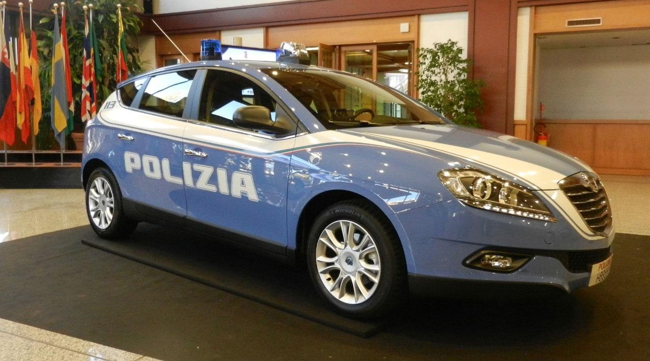 Polizia di stato nuova livrea e una lancia delta come for Polizia di stato roma permesso di soggiorno