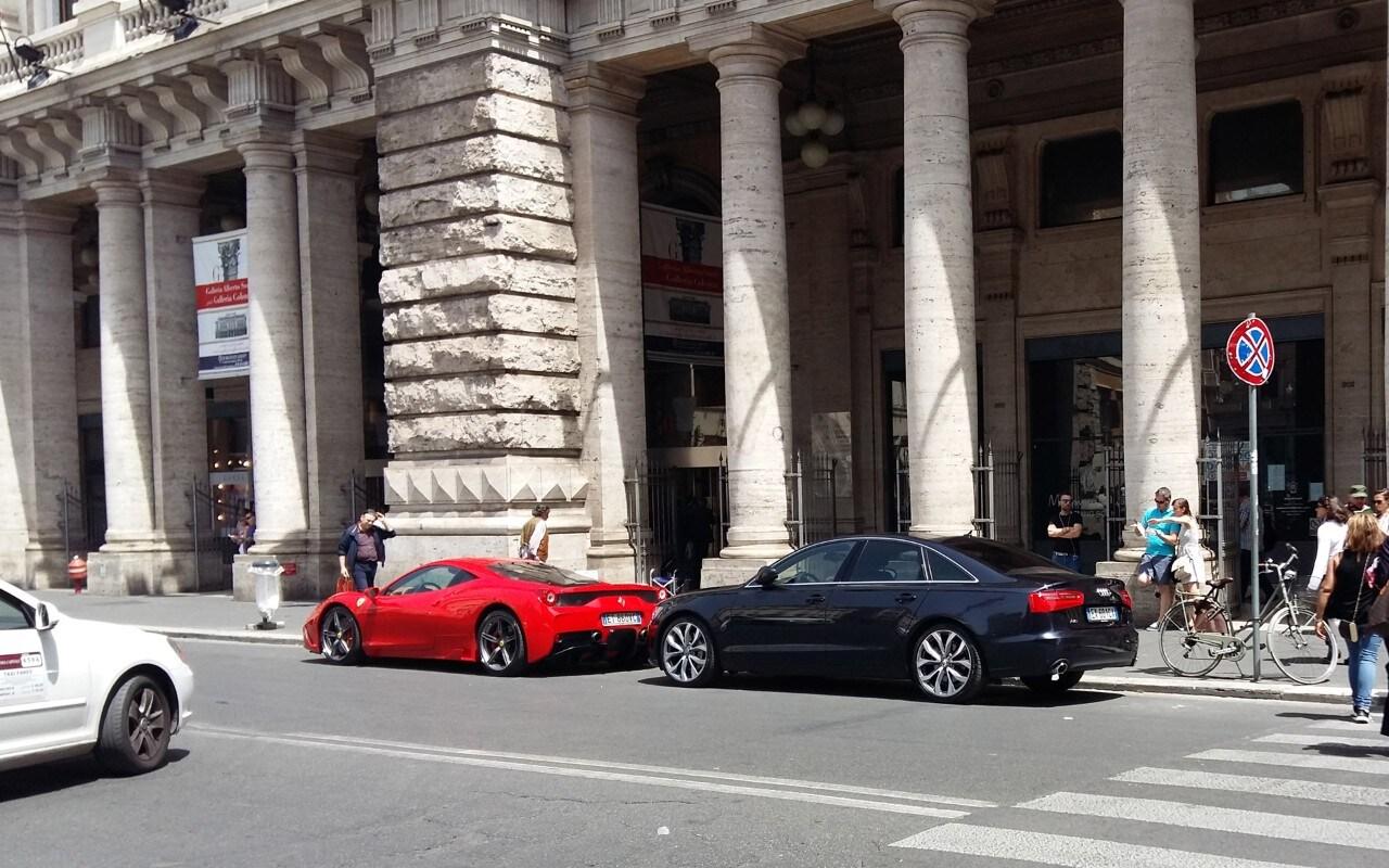 Ferrari in sosta vietata quelle rosse in via del corso for Corso arredatore d interni roma