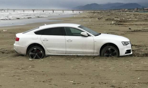 Un'Audi A5 si arena sulla spiaggia