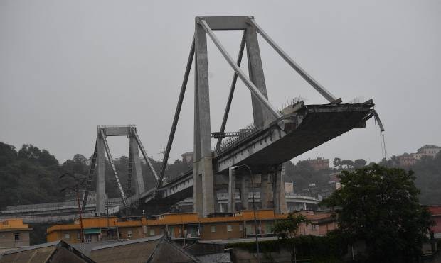 Crolla il ponte Morandi sull'A10 - VIDEO