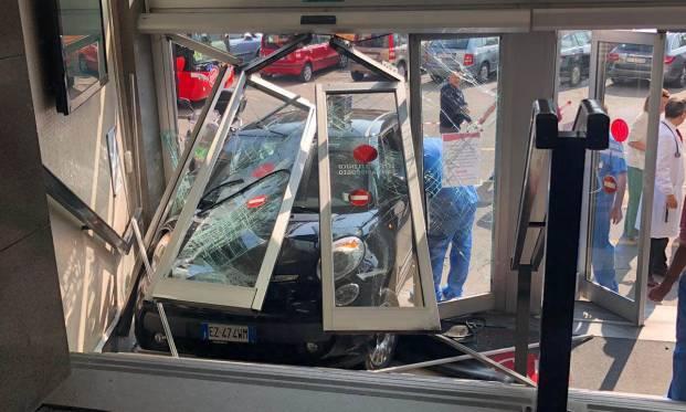 In auto contro l'ingresso della clinica Sant'Ambrogio