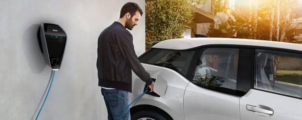 BMW i Elettriche e fotovoltaico: Monaco sfida Tesla con la ricarica intelligente
