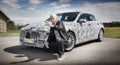 Mercedes-Benz Dieter Zetsche in posa accanto alla nuova Classe A