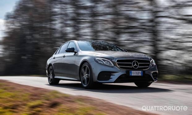 Al volante della Mercedes Classe E 350 EQ-Boost Premium Plus